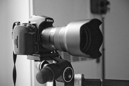 Appareil photographique Nikon D700 avec un zoom 24-70 mm F2.8. Le déclenchement est assuré par une télécommande filaire.