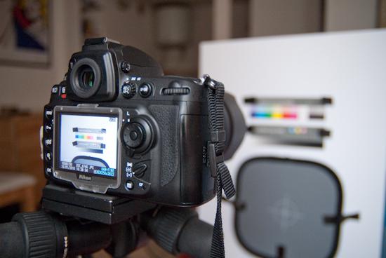 """La scène """"vue"""" depuis l'appareil photo. Ici, le Nikon D700 de dos."""