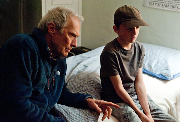Clint Eastwood et l'un des frères McLaren sur le tournage d'Au-Delà. Photo : Warner Bros, France.